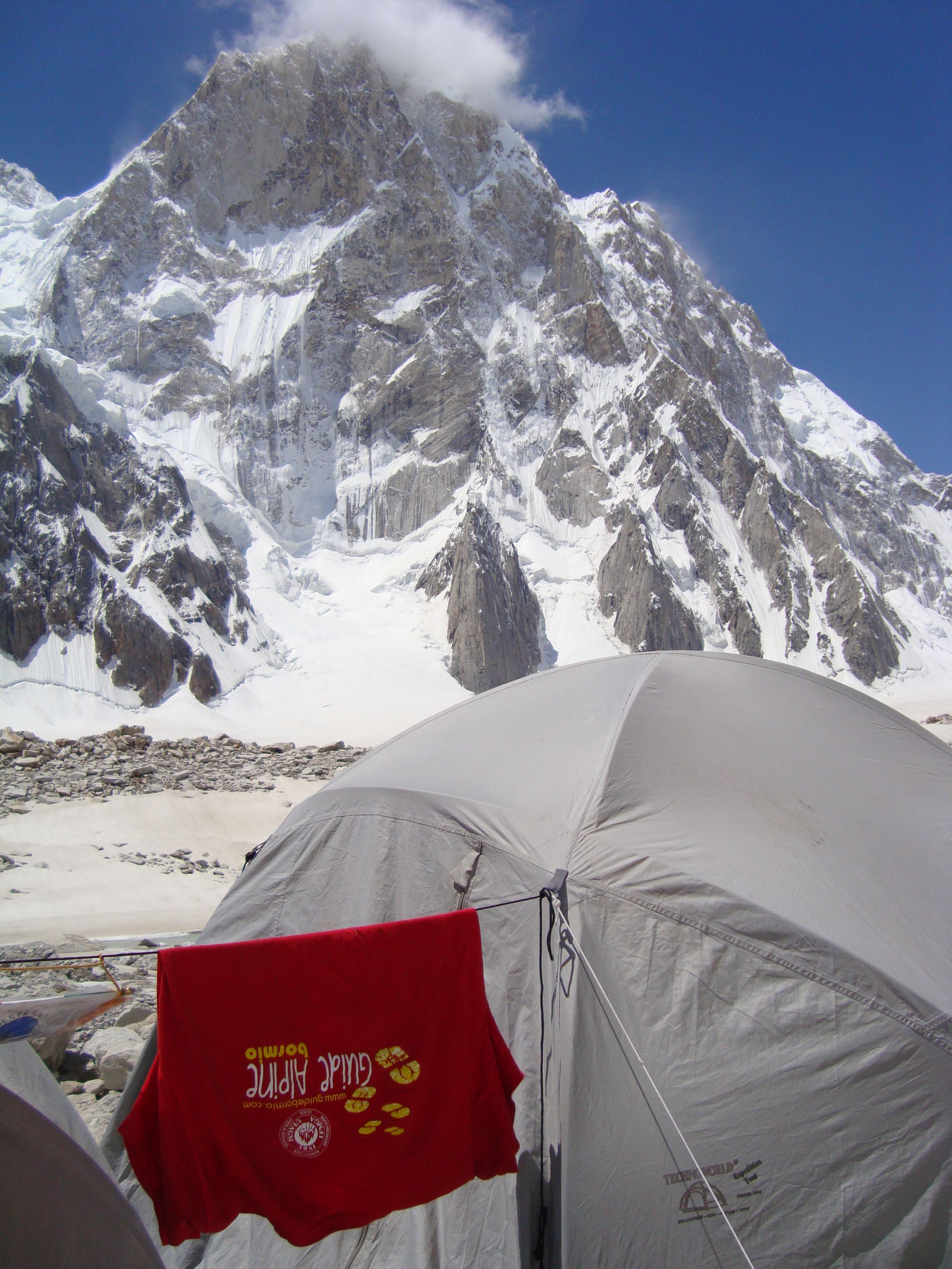 Il campo base ai piedi dell'imponente montagna.