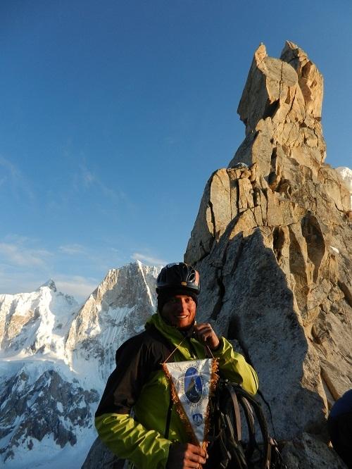 Marco Majori all'ultimo tiro della via Cater-Pillar con il gagliardetto del Centro Addestramento Alpino di Aosta.